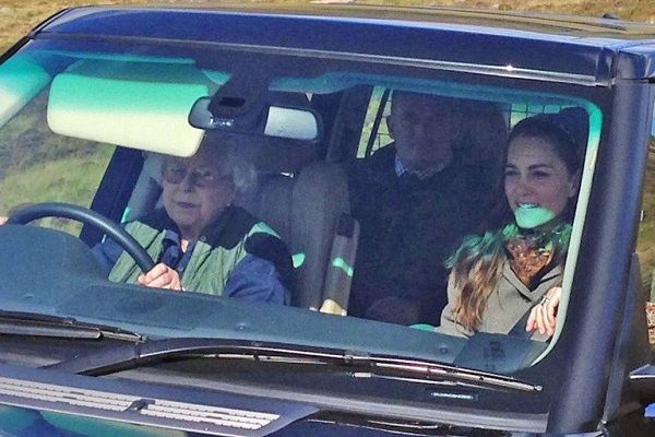 Image-of-Queen-Elizabeth-driving-with-Kate-Middleton