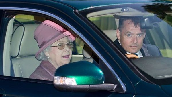 Image-of-Queen-Elizabeth-driving-a-Jaguar-x-type-sport-wagon