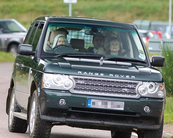 Image-of-Queen-Elizabeth-driving-a-Range-Rover