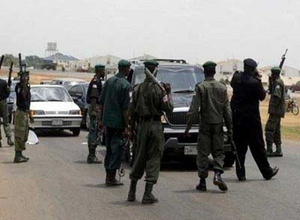 Policemen-check-a-car-with-tinted-glass