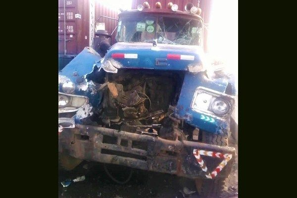 Passersby-helping-to-remove-trapped-victims-in-accident-vehicles