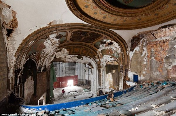 image-of-abandoned-theatre-in-detroit
