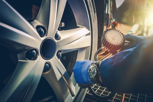 a-tyre-pressure-gauge-in-action