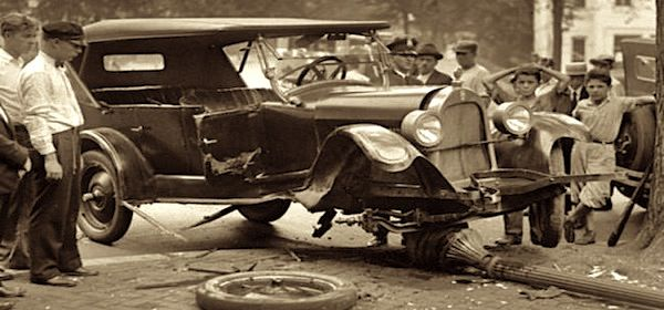 Vintage-car-in-accident-with-people-around
