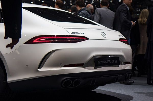 Back-view-of-benz-with-people