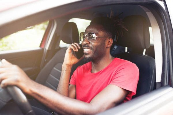 Man-rives-and-calls-on-phone