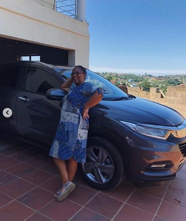 mom-beside-car-gift