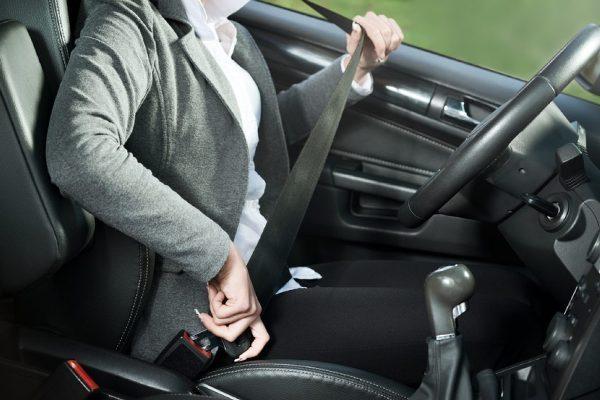 Driver-buckling-a-seat-belt