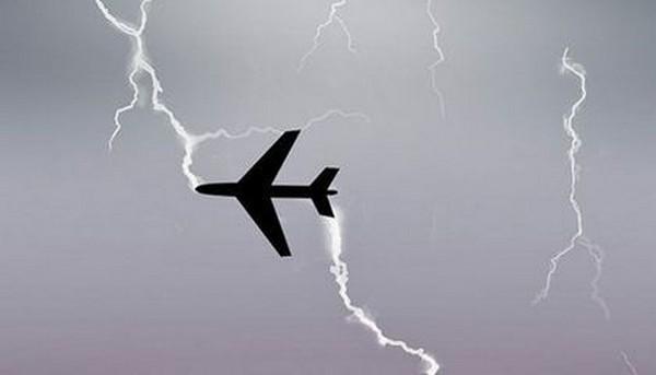 plane-struck-by-lightning