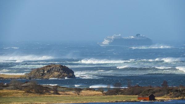 Cruise-ship-in-water