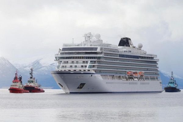 Tug-boats-and-cruise-ship