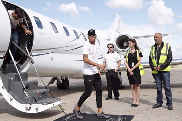 Neymar-Jr-highlighting-in-style-from-his-private-jet
