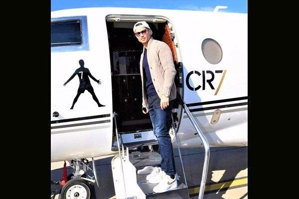 01-Cristiano-Ronaldo-strikes-a-pose-with-private-jet