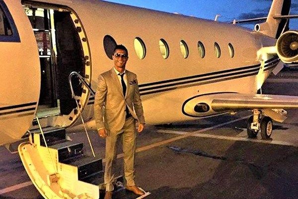 02-Cristiano-Ronaldo-strikes-a-pose-with-private-jet