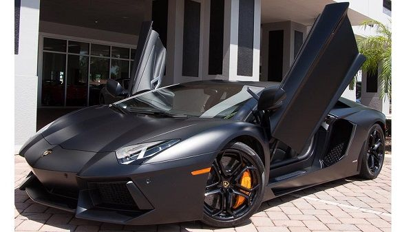 parked-Lamborghini-Aventador-LP 700-4-coupe-with-open-doors