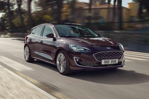 2019-ford-focus-active-on-the-road