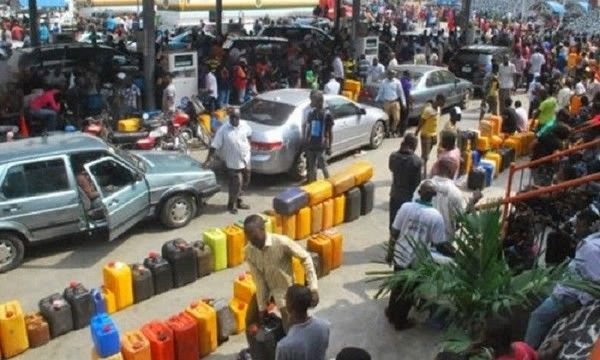 long-queue-at-a-filling-station
