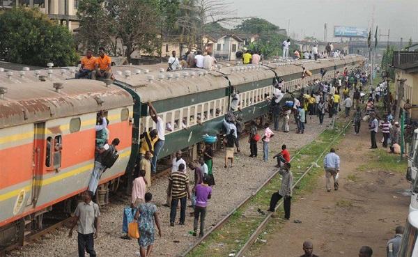 Crowd-boarding-train-in-Lagos