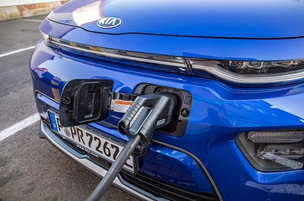 2019-Kia-Soul-ev-being-charged