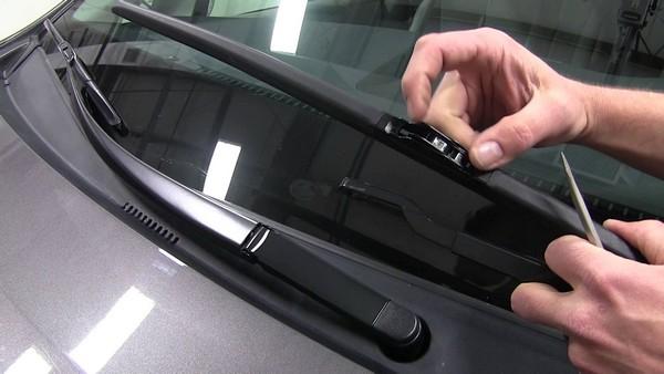 fixing-car-windshield-wiper