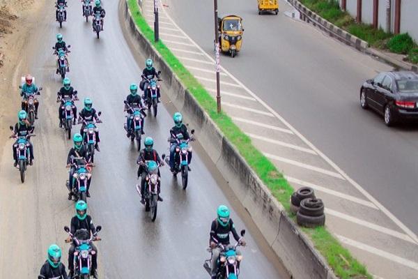 green-helmet-bike-riders-on-the-highway