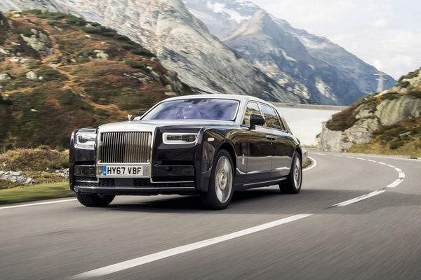 2019-rolls-royce-phantom-riding-through-hilly-terrain
