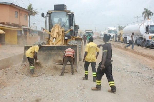 Workers-repairing-the-potholes-on-Lagos-roads-02