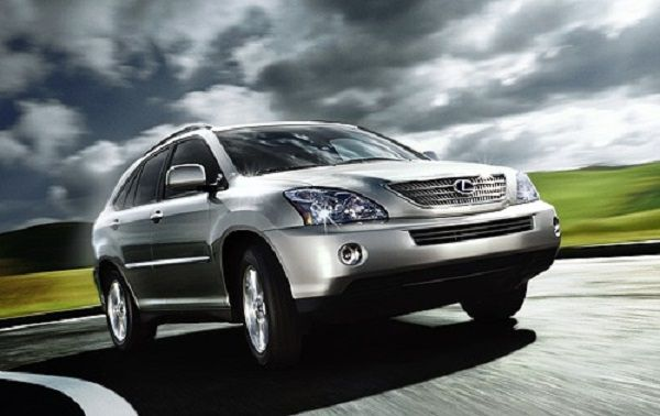 a-lexus-RX400h-suv-moving-on-the-highway