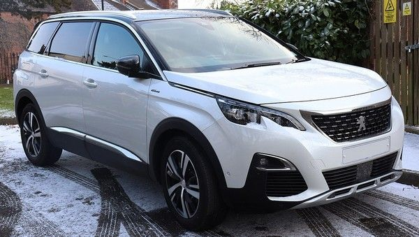 angular-front-of-a-white-peugeot-5008