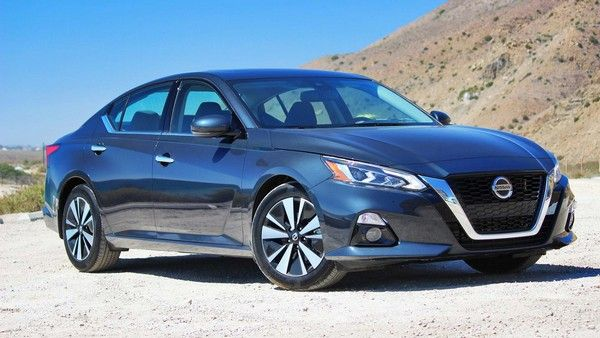 Blue-Nissan-Altima-parked-in-a-desert