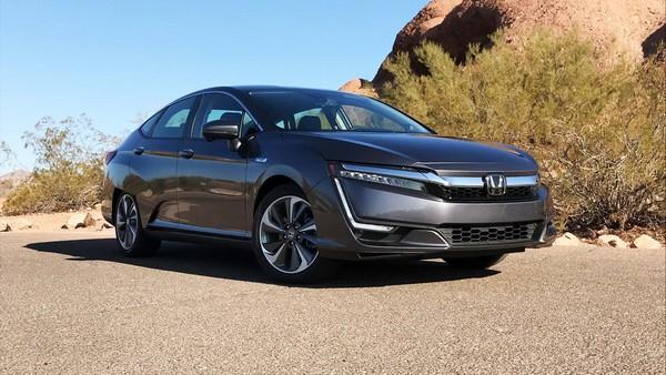 2018-Honda-clarity-parked-in-a-desert