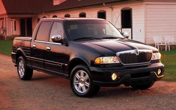 Lincoln-blackwood-pickup-truck-front-view