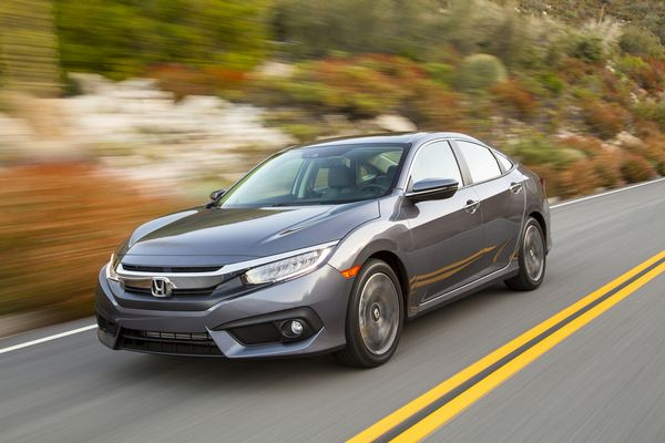 Honda-civic-2018-on-the-road