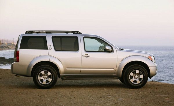 Side-view-2005-Nissan-Pathfinder