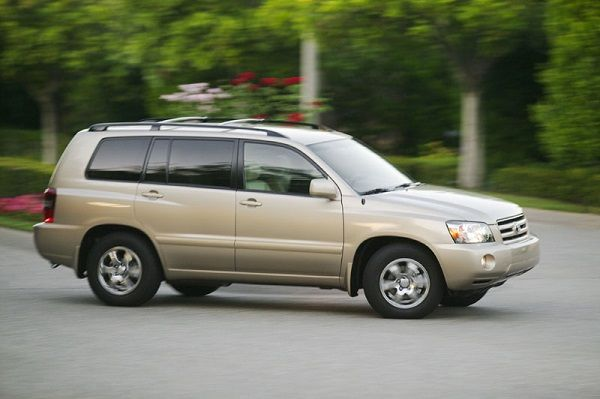 2005-Toyota-Highlander-on-a-drive
