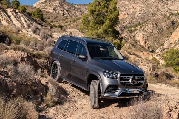 Mercedes-GLS-on-a-rough-terrain
