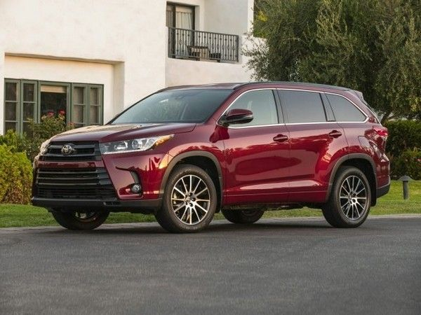 Red-Toyota-highlander-on-the-road