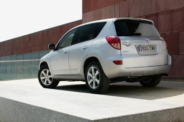 Rear-view-of-2008-RAV4-sports