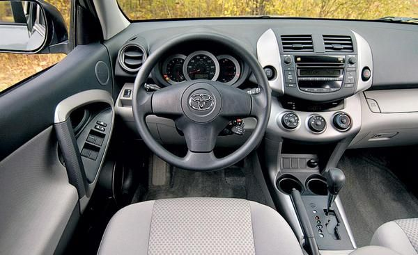 Driver-compartment-of-the-RAV4-2008