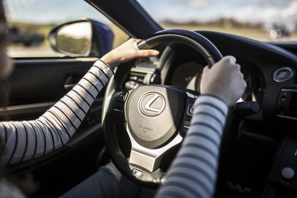 hands-on-the-Lexus-Steering-wheel