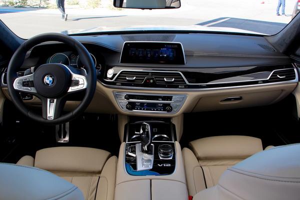 2018-BMW-M760i-infotainment