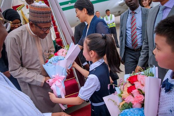 President-Buhari-gets-flowers-from-a-Chinese-girl