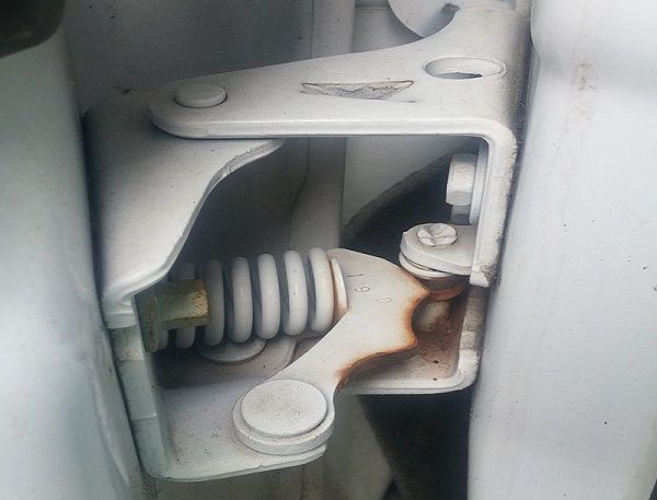 Dry-Rusty-car-door-hinges