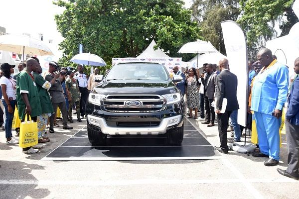 2019-Ford-Everest-being-admired-after-unveiling