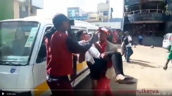 Kenya-bus-conductor-and-passenger
