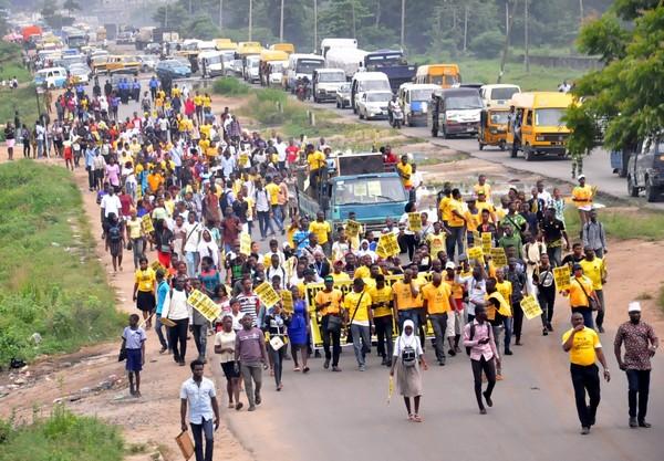 People-protesting-over-lagos-ibadan-expressway
