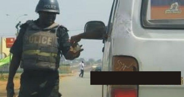 Bribing-nigerian-police-officer