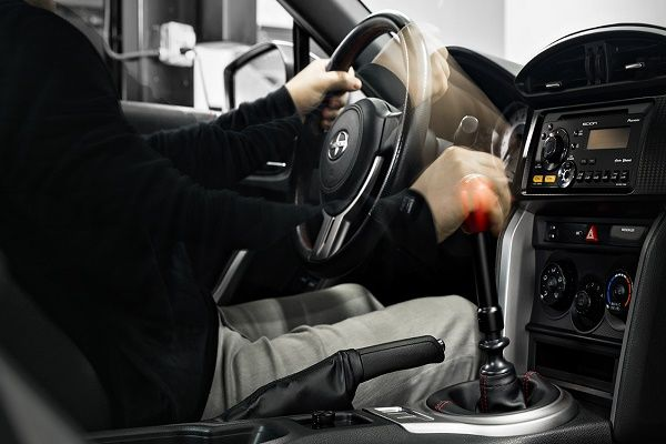 resting-your-hand-on-gear-shift-knob