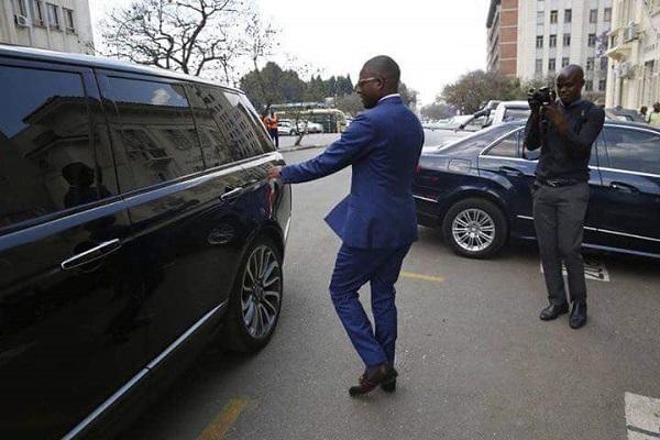 Justice-Mayor-Wadyajena-enters-car-as man-takes-a-photo