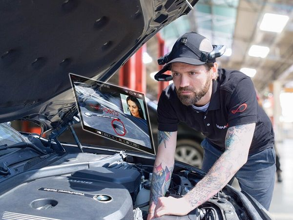 image-of-man-as-fixes-BMW-wearing-Smart-glasses